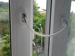 Детский замок Пенкид PenKid – ограничитель открывания окна с тросиком белый